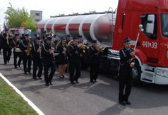 Przemarsz pocztów sztandarowych, strażaków podczas Powiatowych Obchodów Dnia Strażaka.