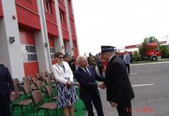 Na zdjęciu Starosta Kraśnicki Andrzej Rolla  gratulujący Komendantowi Powiatowej Państwowej Straży P