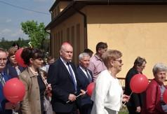 Na zdjęciu uczestnicy uroczystości podczas nadania sztandaru PSP im. Marii Konopnickiej w Mniszku.