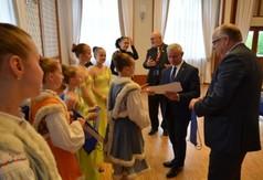 Na zdjęciu Starosta Kraśnicki Andrzej Rolla gratulujący członkom zespołu Fantan Junior.