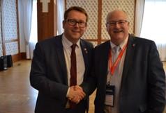 Na zdjęciu Wicestarosta Kraśnicki Karol Rychlewski oraz Dyrektor Generalny WEEDC Stephen MacKenzie.