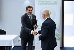 Na zdjęciu Starosta Kraśnicki Andrzej Rolla gratulujący wykładu  ekspertowi z Urzędu Marszałkowskie