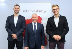 Na zdjęciu Starosta Kraśnicki Andrzej Rolla oraz pracownicy Wydziału Promocji Michał Lenartowicz i Pi