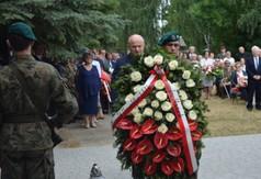 Na zdjęciu Marszałek Województwa Lubelskiego Jarosława Stawiarski składający wieniec pod Pomnikiem