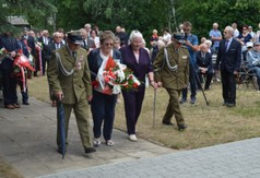 Na zdjęciu uczestnicy uroczystości składający wieniec pod Pomnikiem pamięci mieszkańców Wólki Szc