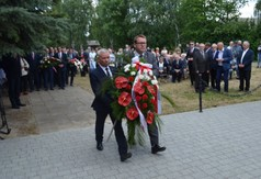 Na zdjęciu Starosta Kraśnicki Andrzej Rolla oraz Wicestarosta Kraśnicki Karol Rychlewski niosący wien