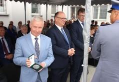 Na zdjęciu Starosta Kraśnicki Andrzej Rolla z medalem okolicznościowym, który został mu wręczony z