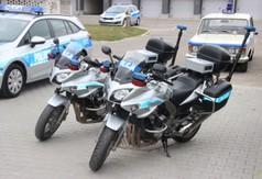 Na zdjęciu samochody i motory policyjne.