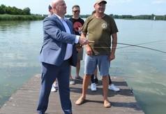 Na zdjęciu Marszałek Województwa Lubelskiego Jarosław Stawiarski łowiący ryby.
