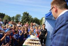 Na zdjęciu Wicestarosta Kraśnicki Karol Rychlewski i młodzi zawodnicy Football Academy.