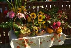 Na zdjęciu kwiaty, warzywa i owoce.