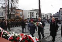 Na zdjęciu Rada Seniorów składająca kwiaty pod pomnikiem Marszałka Józefa Piłsudskiego.