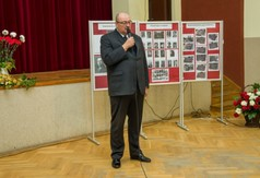 Burmistrz Urzędowa Paweł Dąbrowski przemawiający podczas wieczornicy poświęconej 80 rocznicy wybuch