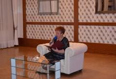 Na zdjęciu Teresa Myszak prezes Stowarzyszenia Senior na czasie czytająca poezję.