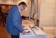 Na zdjęciu Wicestarosta Kraśnicki Karol Rychlewski oglądający kroniki Stowarzyszenia Senior na czasie