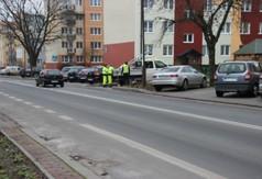 Na zdjęciu ekipa montująca znaki drogowe przy al. Niepodległości.