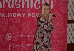 Na zdjęciu Ewa Białoń śpiewająca podczas spotkania Pracowników i Animatorów Kultury z terenu