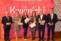 Na zdjęciu Starosta Kraśnicki Andrzej Rolla,Dyrektor GOK w Dzierzkowicach Tomasz Wyka wraz z praco