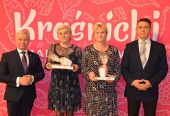 Na zdjęciu Starosta Kraśnicki Andrzej Rolla,Dyrektor CK w Annopolu Joanna Markiewicz wraz z pracownikie