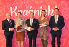 Na zdjęciu Starosta Kraśnicki Andrzej Rolla,pracownicy OK w Urzędowie i Przewodniczący Rady Powiatu w