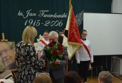 Na zdjęciu Starosta Kraśnicki Andrzej Rolla wręcza bukiet kwiatów Dyrektor Zespołu Szkół Specjalny