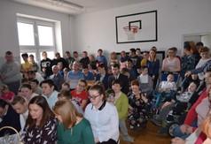 Na zdjęciu uczniowie z Zespołu Szkół Specjalnych oraz Starosta Kraśnicki Andrzej Rolla.