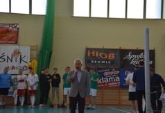 Na zdjęciu Starosta Kraśnicki Andrzej Rolla przemawiający podczas II Charytatywnego Turnieju w Siatkon