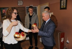 Na zdjęciu Dyrektor Domu Dziecka w Kraśniku Katarzyna Wójtowicz wręcza Staroście Kraśnickiemu Andrz
