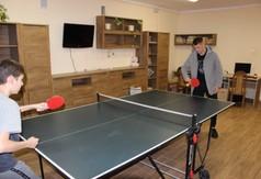 Na zdjęciu reprezentant Polski w piłce nożnej Damian Szymański gra w ping ponga z wychowankiem domu d