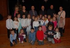 Na zdjęciu organizatorzy, jury oraz dzieci z grup kolędniczych.