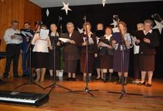 Na zdjęciu zespół występujący podczas Powiatowego Przeglądu Kolęd, Pastorałek i Zespołów Kolęd