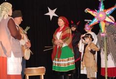 Na zdjęciu grupa kolędnicza występująca podczas Powiatowego Przeglądu Kolęd, Pastorałek i Zespoł�