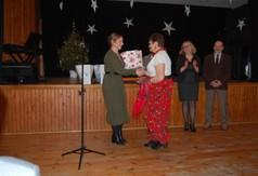 Na zdjęciu Dyrektor GOK w Trzydniku Dużym Anna Ewa Sobota gratulująca uczestniczce Powiatowego Przegl�