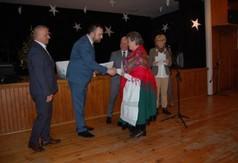 Na zdjęciu Wójt Gminy Trzydnik Duży Krzysztof Serafin gratulujący uczestniczce Powiatowego Przeglądu