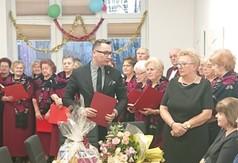 Na zdjęciu sekretarz Powiatu Kraśnickiego Łukasz Skokowski, zespół Jubilat oraz panie z Rady Kobiet.