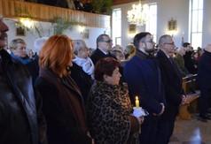 Uczestnicy pacyfikacji podczas mszy świętej w kościele parafialnym w Szczecynie.