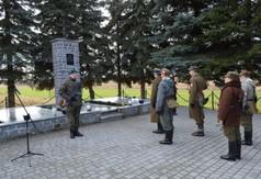 Pomnik upamiętniający ofiary pacyfikacji wsi Szczecyn i członkowie grupy rekonstrukcyjnej.