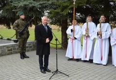 Na zdjęciu Starosta Kraśnicki Andrzej Rolla przemawiający podczas obchodów Pacyfikacji wsi Szczecyn.