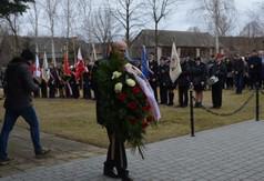 Na zdjęciu w pierwszym rzędzie Marszałek Województwa Lubelskiego Jarosław Stawiarski niosący wiąza