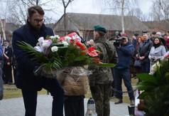 Na zdjęciu Dyrektor Biura Posła na Sejm RP Kazimierza Chomy- Michał Stawiarski niosący wiązankę.