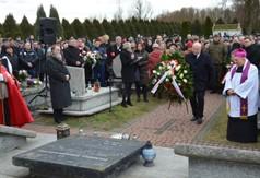 Marszałek Województwa Lubelskiego Jarosław Stawiarski składający oddał hołd ofiarom pacyfikacji po