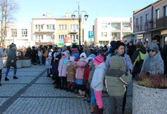 Mieszkańcy oglądający poloneza tańczonego przez młodzież z ZS nr 1 w Kraśniku na Rynku Starego Mia