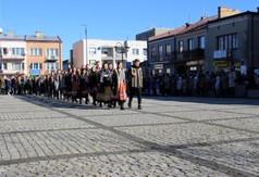 Młodzież z ZS nr 1 w Kraśniku tańcząca poloneza na Rynku Starego Miasta w Kraśniku.