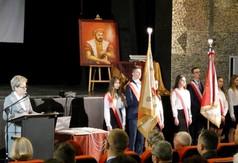 Na zdjęciu Dyrektor ZS nr 2 w kraśniku Grażyna Jach i Poczty Sztandarowe.