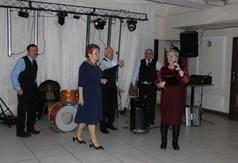 """Na zdjęciu Przewodnicząca Klubu """"Aktywny Senior"""" przemawiająca podczas zabawy karnawałowej."""
