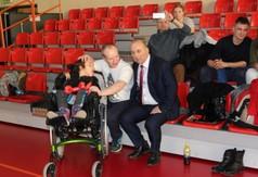 Na zdjęciu członek Zarządu Powiatu w Kraśniku Roman Bijak i Hania Bednarz z tatą.