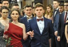 Na zdjęciu przyszli maturzyści z ZS nr 1 w Kraśniku tańczący poloneza.