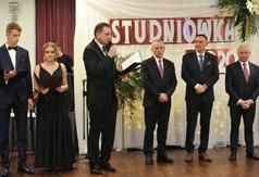 Na zdjęciu Dyrektor ZS nr 1 w Kraśniku przemawiający podczas Studniówki.