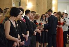 Na zdjęciu uczniowie z ZS nr 3 w Kraśniku wręczający upominki nauczycielom.