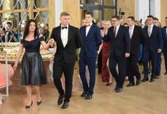 Na zdjęciu uczniowie z ZS nr 3 w Kraśniku i nauczyciele tańczący poloneza.